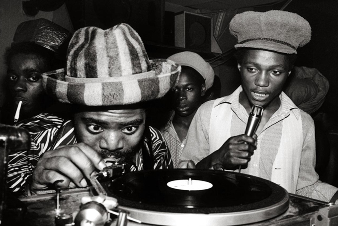 Coxsone International Sound System - Клемент Додд с микрофоном